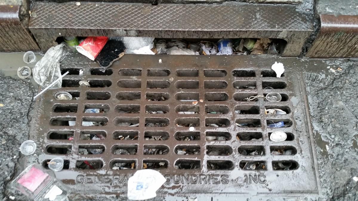 Mục đích chính của song chắn rác là ngăn chặn rác thải xuống cống rãnh thoát nước