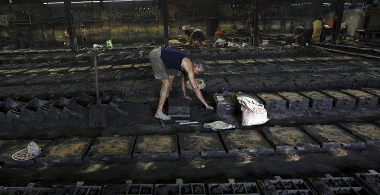 Tại Ấn Độ 02 nghề đúc nắp hố ga và dọn cống vô cùng cơ cực